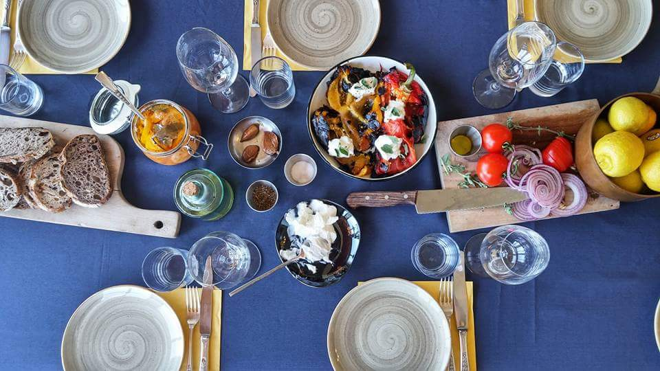 ארז גולקו מבשל ארוחה קולינרית